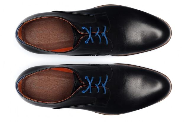 白で隔離される古典的な男性の革の靴