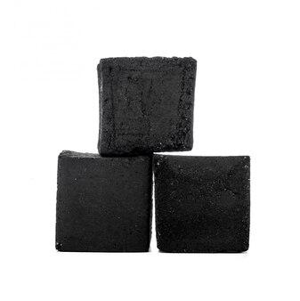 Группа кубиков угля, изолированные на белом