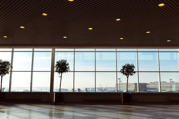 背景の空港で抽象的なぼかしショット