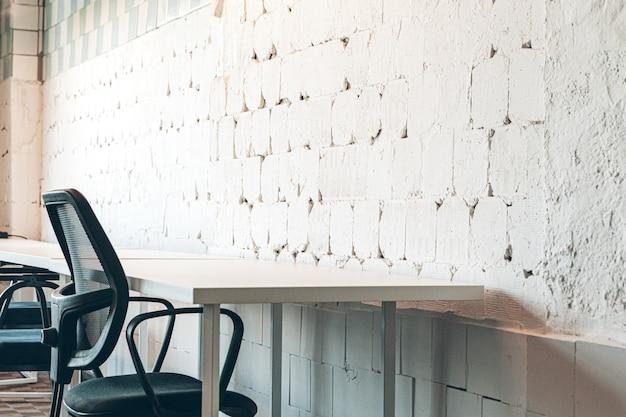 背景の亀裂と大まかな古い白い壁