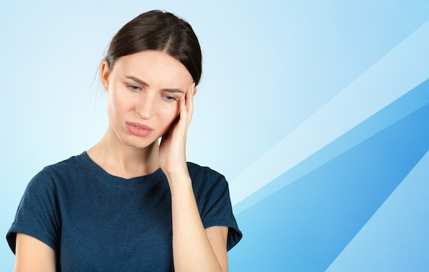 Женщина страдает от зубной боли