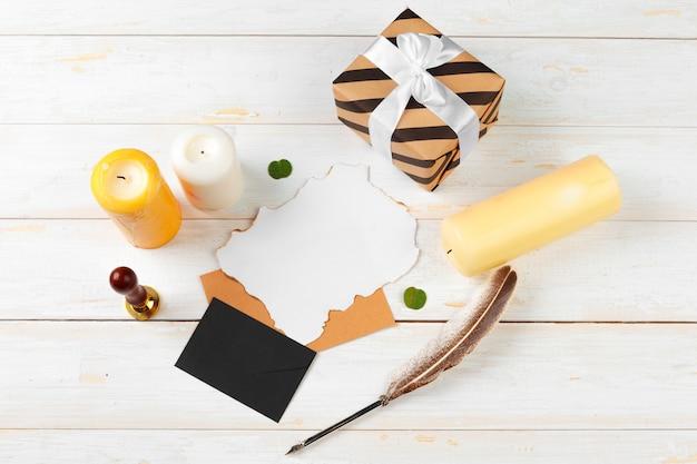 クリスマスの手紙の装飾と木製の背景に黄色い紙に書くのトップビュー