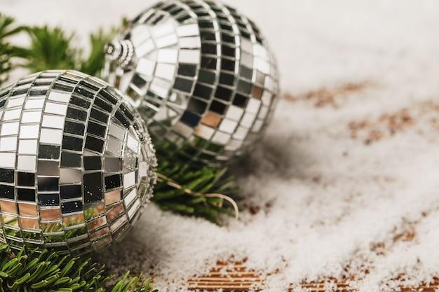 雪に覆われた木製のテーブルにクリスマス安物の宝石。クリスマスのコンセプト