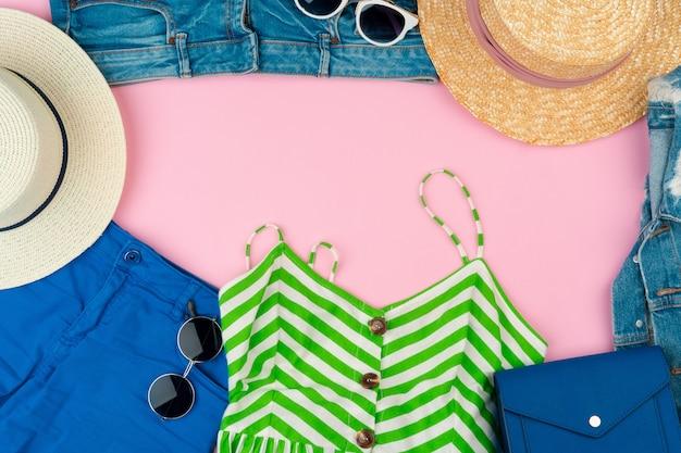 Комплект летней одежды для женщины на розовом фоне