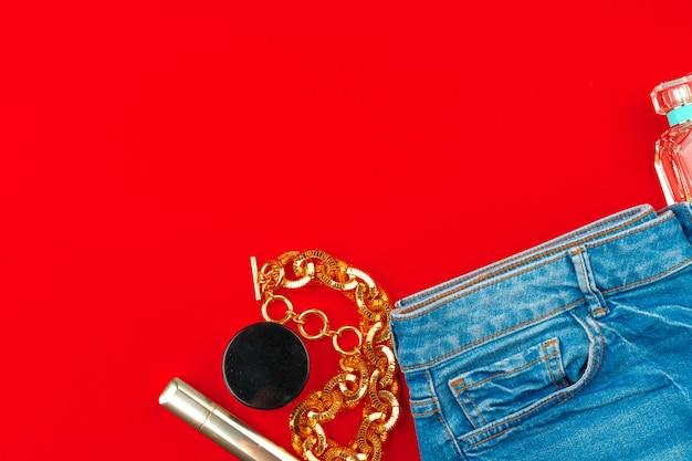 Женщина модной одежды и аксессуаров крупным планом