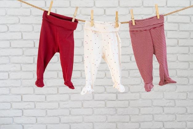 ロープに固定されたベビー服の洗濯