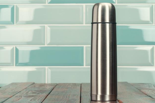 アルミニウム金属魔法瓶ボトルをクローズアップ