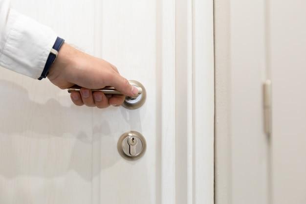 ホテルのドアを開く