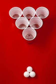 カップとプラスチックボール。ビールポンゲーム