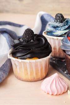 Красочные кексы с разными вкусами. маленькие красивые пирожные