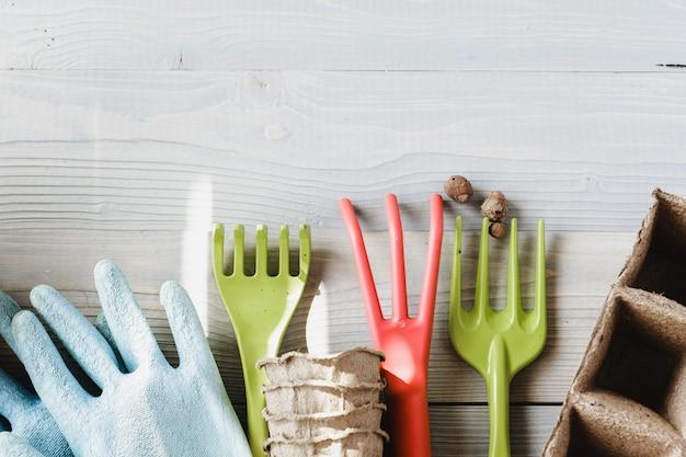 さまざまな観葉植物、園芸用手袋、鉢植え土、こてのコレクション