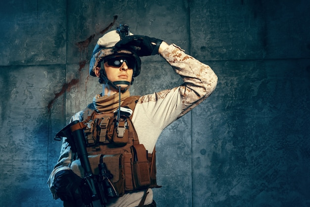 Спецназ солдат или частный военный подрядчик держит винтовку.