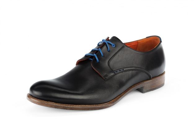 Черные кожаные формальные мужские туфли изолированные