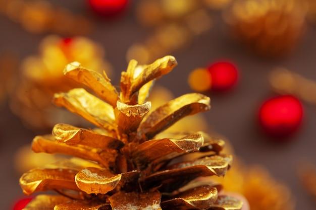 黄金の枝と黄金の円錐形、クリスマスの装飾