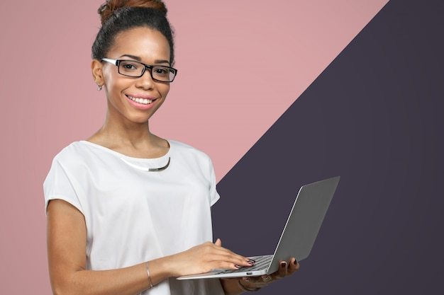 アフリカ系アメリカ人女性のラップトップを保持