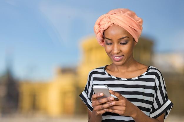 携帯電話でアフリカ系アメリカ人の女性