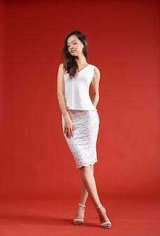 Молодая элегантная женщина, съемка студии моды