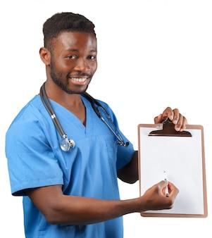 白で隔離のフリップチャートを持つ医師