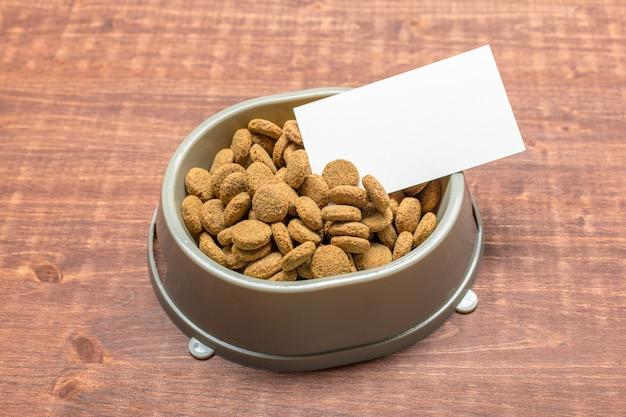 犬または猫用の乾燥食品。上面図