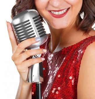 Красивая певица поет песню