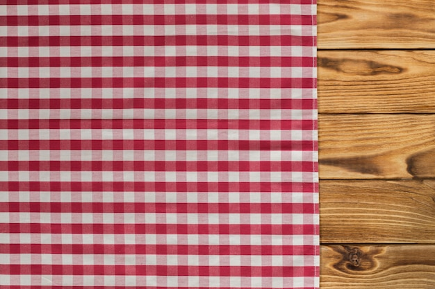 С пустым деревянным столом со скатертью