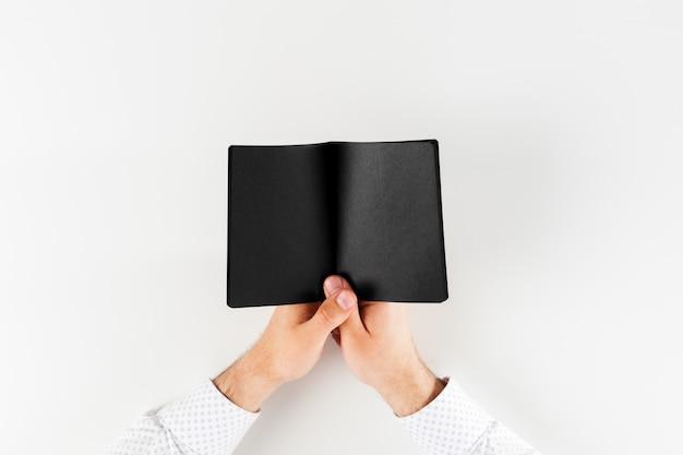 Человек учится и пишет
