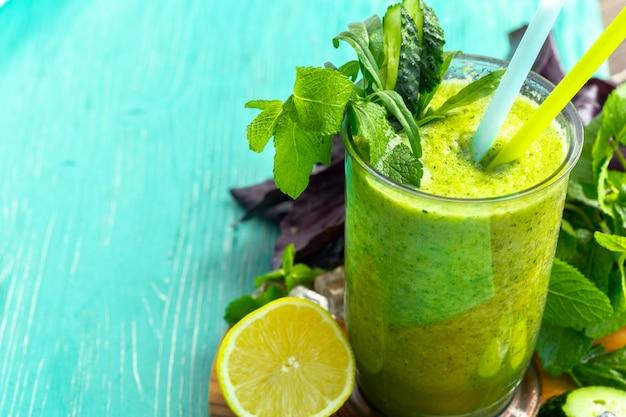 緑の野菜のスムージー