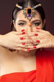 Красивая женщина в восточном стиле с мехенди