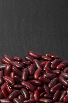 Красная фасоль на черном столе