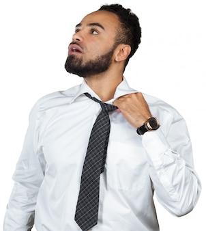 Утомленный молодой черный бизнесмен изолированный на белизне