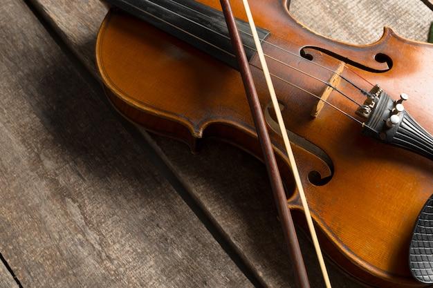 木製のテクスチャテーブルのヴァイオリン