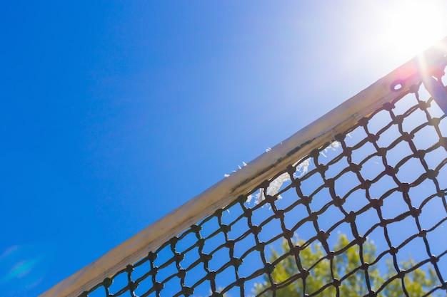 青い空にテニスネット
