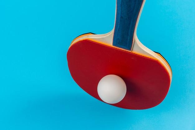 赤い卓球ラケットとボール