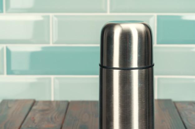 木製の床にアルミニウム金属魔法瓶