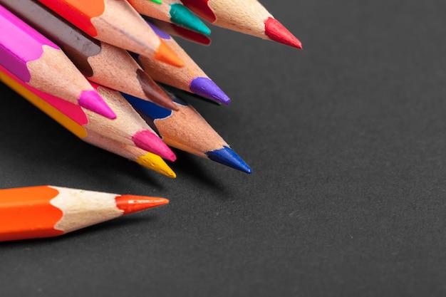 Образование или обратно в школу. макро съемка цветной карандаш