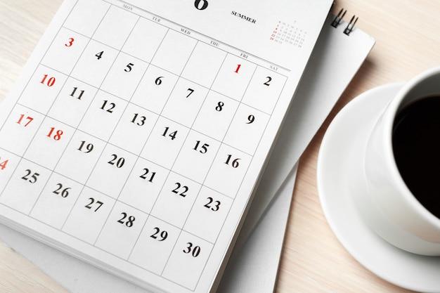 木製のテーブルの上のカレンダー