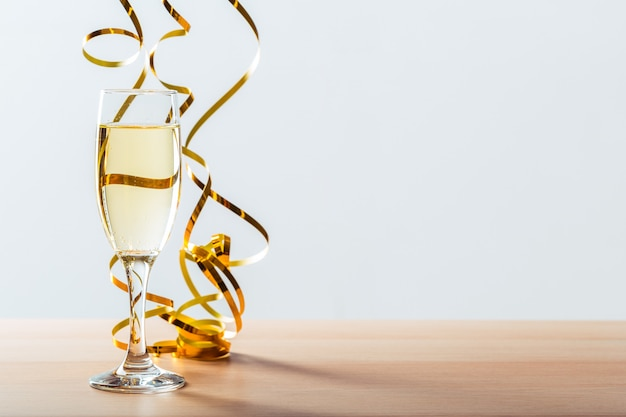 Празднование нового года с бокалом шампанского