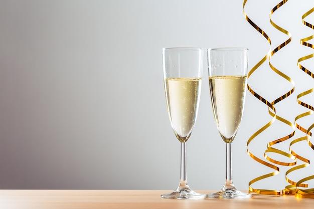 Празднование нового года с бокалами для шампанского