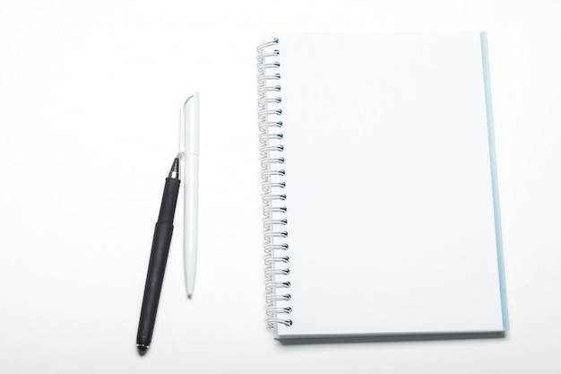 Блокнот и шариковая ручка