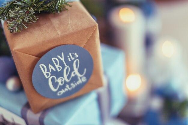 Рождественские подарки. праздничная коробка с бантами разного цвета