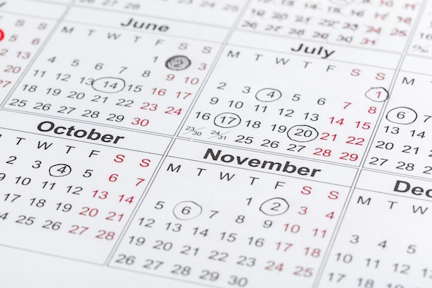 Макрофотография дат на странице календаря