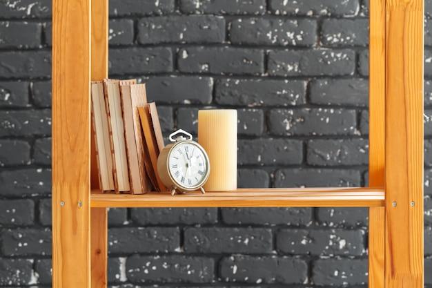 本やものと木製の本棚