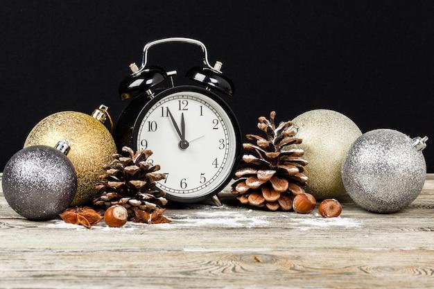 Композиция с ретро-будильником и новогодним украшением