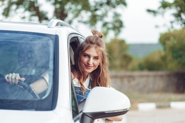 Модная девушка путешествует на машине