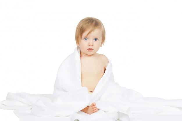 白人の赤ちゃんが白で隔離タオルで覆われて