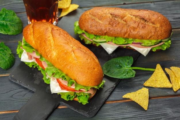木製のテーブルの上のサンドイッチ