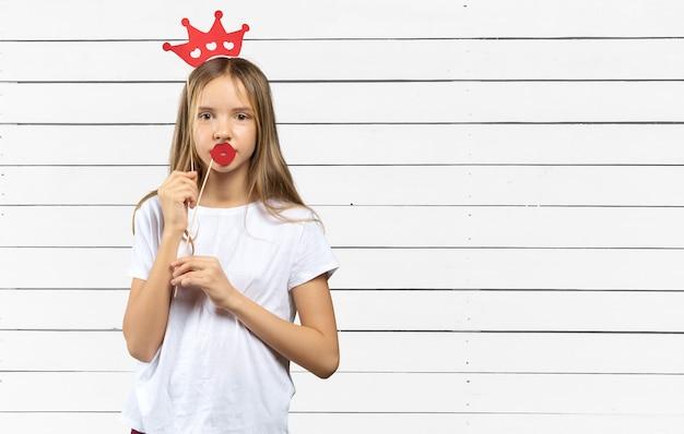 Прекрасная маленькая девочка с забавными фото реквизит