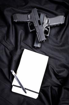 黒い背景に拳銃