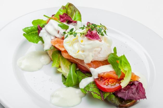 Бутерброд с лососем на белом фоне