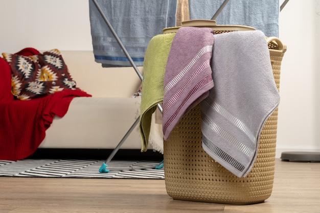 Работа по дому. чистое полотенце готово к использованию